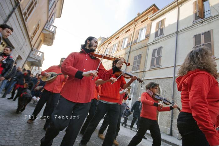 Il Re oggi gira. Voi no? (Via Giorgio Regnoli, Forlì) Associazione Casa del Cuculo - Foto 10