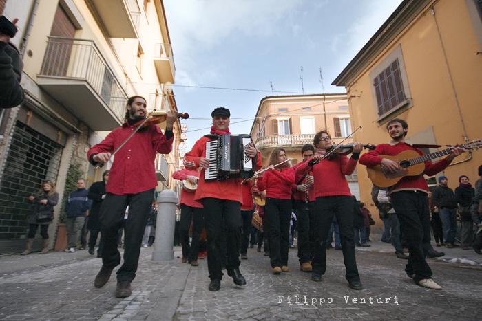 Il Re oggi gira. Voi no? (Via Giorgio Regnoli, Forlì) Associazione Casa del Cuculo - Foto 26