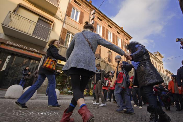 Il Re oggi gira. Voi no? (Via Giorgio Regnoli, Forlì) Associazione Casa del Cuculo - Foto 27
