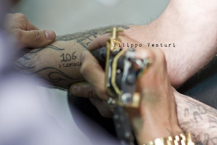 Fabrizio Corona allo Skorpia Tattoo Studio di Cesena (foto 17)