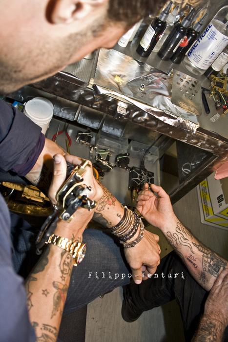 Fabrizio Corona allo Skorpia Tattoo Studio di Cesena (foto 21)