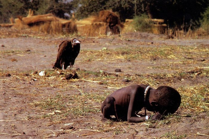 Kevin Carter, Kid and vulture photo (Sudan, 1994)