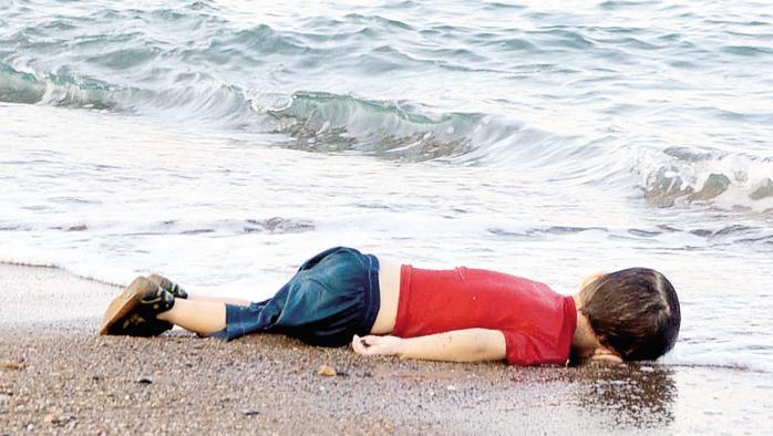 Aylan, 3 anni, è morto annegato mentre, con altri migranti, da Bodrum cercava di raggiungere Kos (Nilufer Demir/DHA/Reuters)