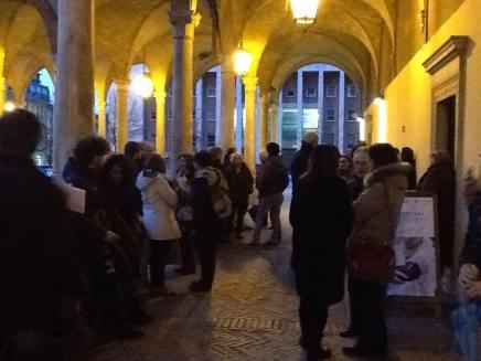 L'attesa dell'apertura della mostra (foto di Antonella Ravaglia)
